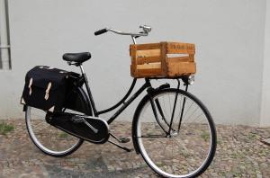 Das Bild zeigt ein holländisches Gazelle Fahrrad mit einer Holzkiste vorne